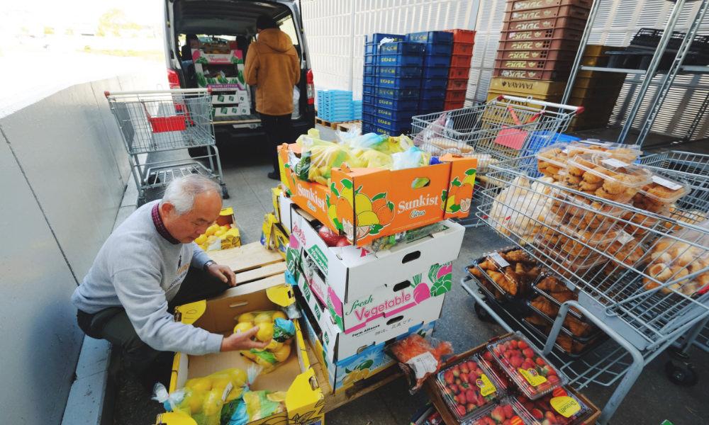 食品の回収作業の写真