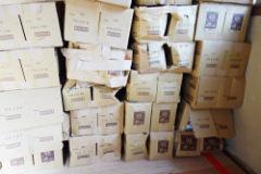 箱が破損したレトルトカレーの写真